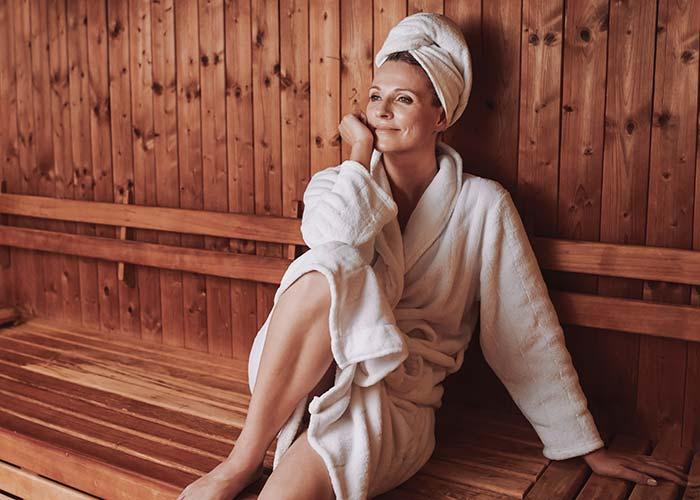 Frau sitzt entspannt in der VERSO Sauna