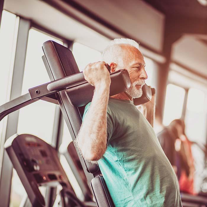 Alter Mann trainiert im Fitnessstudio Verso an den kraftgeräten