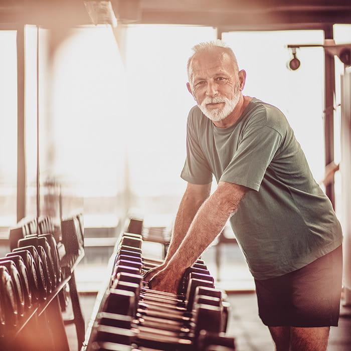 Alter Mann trainiert seine Fitness im VERSO