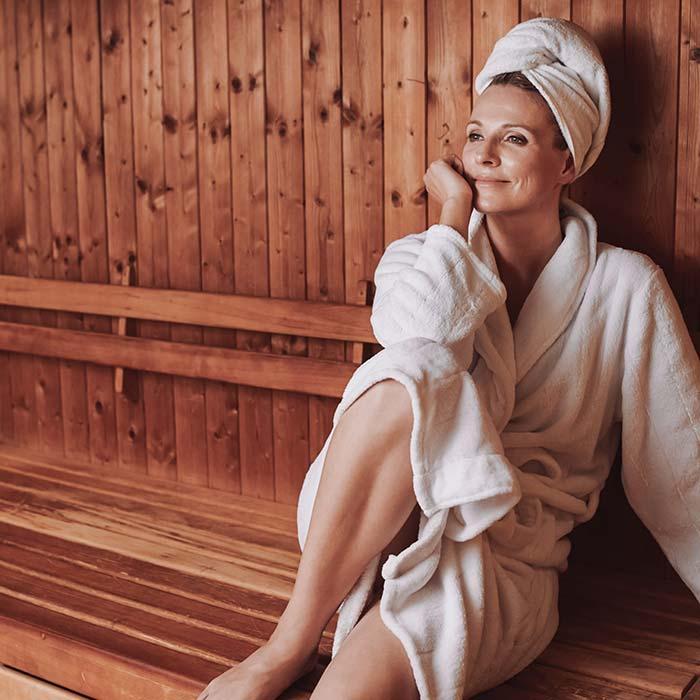 Entspannte Frau sitzt in der Verso Sauna