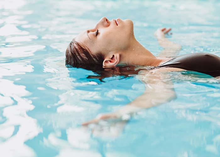 Im warmen Wasser treiben lassen