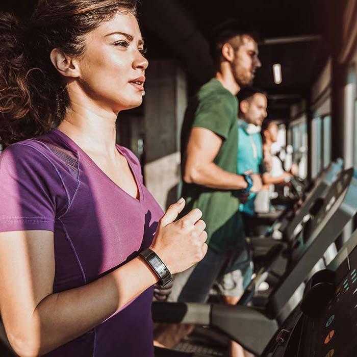 Im Fitnessstudio Verso trainiert eine junge Frau ihre Ausdauer auf dem Laufband
