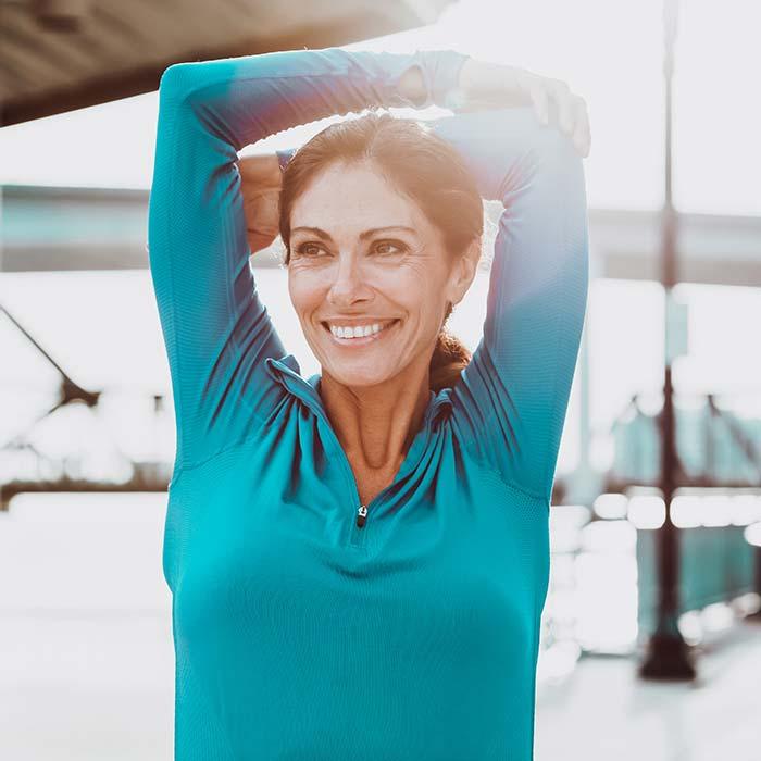 Schöne Frau trainiert Ihre Beweglichkeit