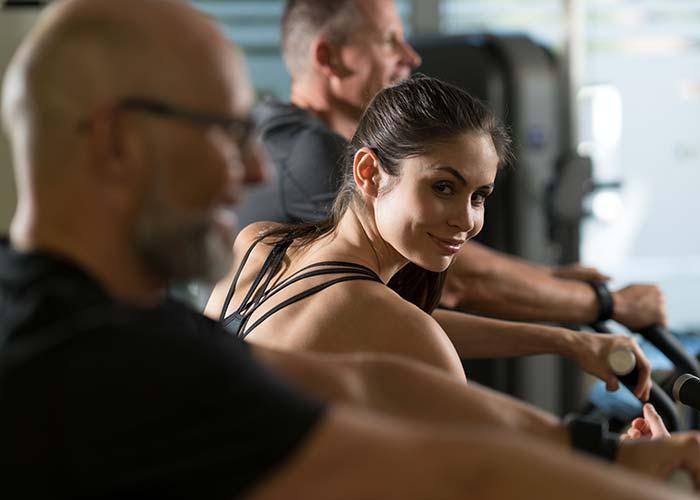 junge Frau trainiert im Milon Cardio Zirkel