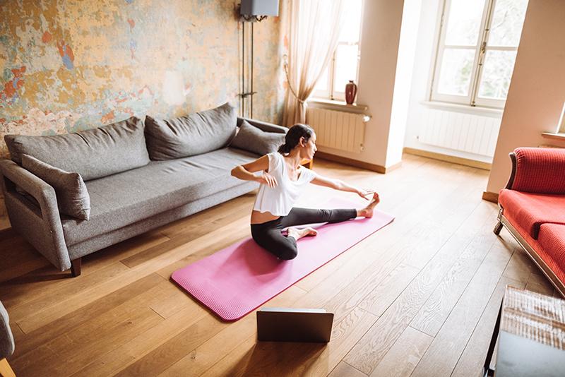 Junge Frau macht einen Yoga Onlinekurs von VERSO Zuhause
