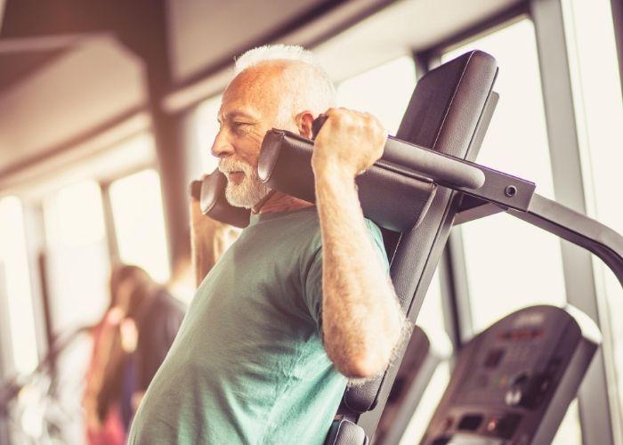 Mann stärkt Immunsystem mit Muskeltraining