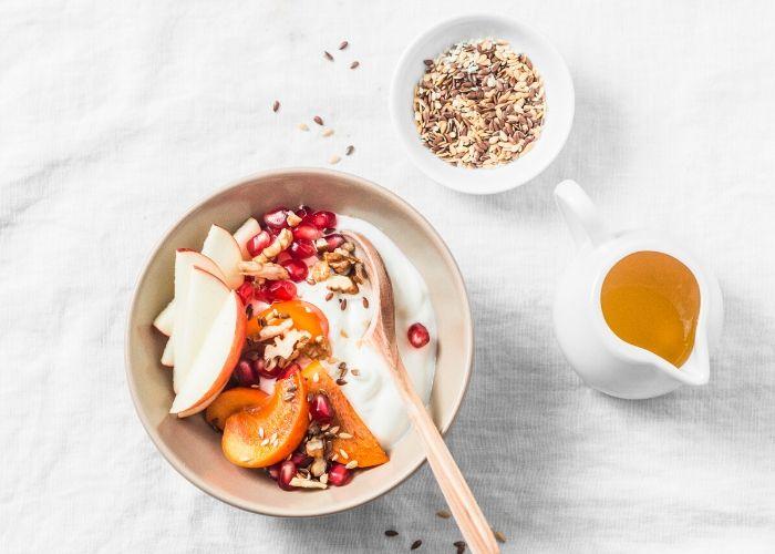 Joghurt mit Obst und Leinsamen gegen Heißhunger