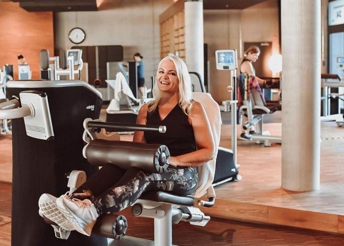 Nicoletta beim Training im eGym-Fitnesszirkel nach mehreren Gruppenkursen