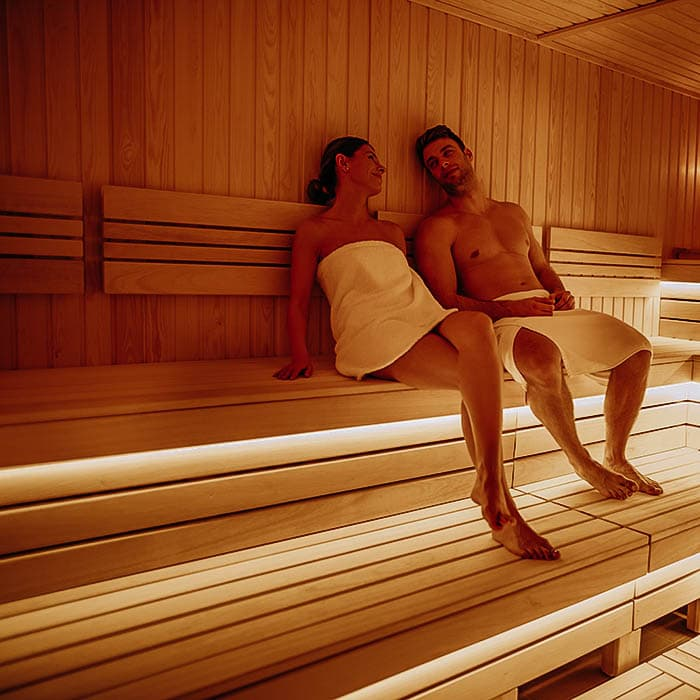 Paar entspannt gemeinsam in der Sauna